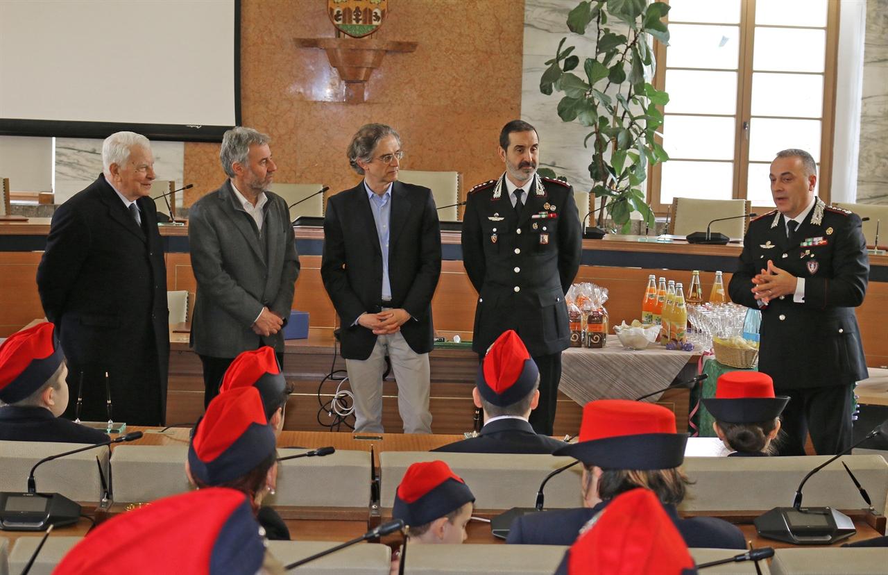 Orfani e vedove dell\'Arma dei Carabinieri ricevuti in municipio ...